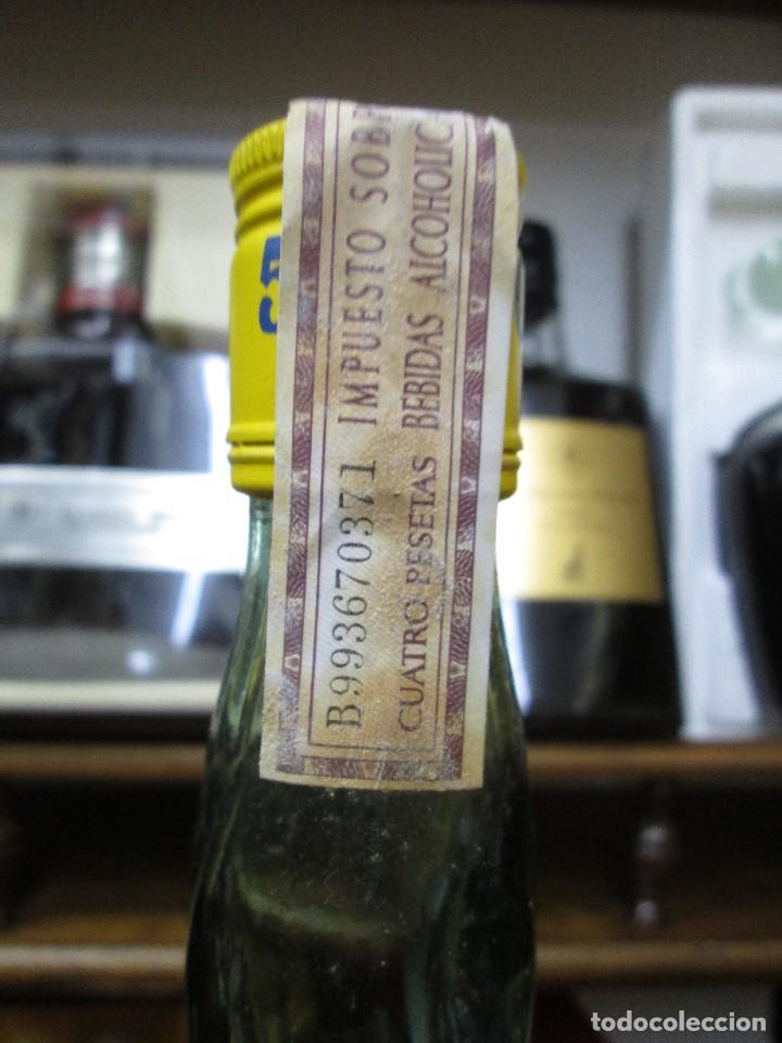 Coleccionismo de vinos y licores: ANTIGUA BOTELLA BRANDY COÑAC, 501 AMARILLA 1783 DE IMPUESTO DE 4 PTS, DECADA 60-70 - Foto 4 - 114456667