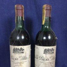 Coleccionismo de vinos y licores: BOTELLA DOS BOTELLAS LA RIOJA ALTA S.A. TINTO COSECHA 1973 CENTENARIO 1890 1990 75CL 30CMS. Lote 114985047