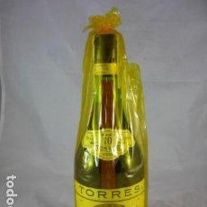 Coleccionismo de vinos y licores: TORRES 10 GRAN RESERVA - PRECINTO 8 PTAS. - BRANDY IMPERIAL GRAND ROUGE BOTELLA. Lote 115128067