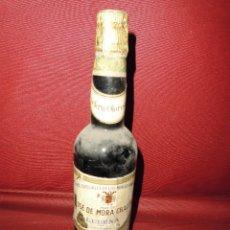 Coleccionismo de vinos y licores: MAGNIFICA ANTIGUA BOTELLA LLENA DE VINO,VINOS ESPECIALES DE LOS MORILES Y MONTILLA. Lote 199709370