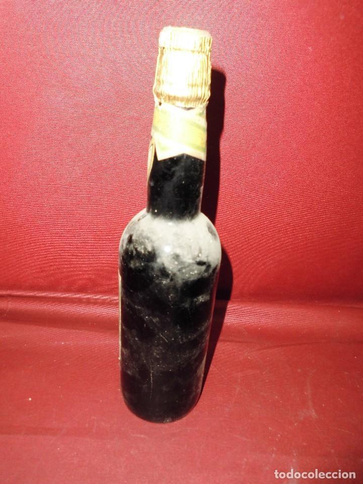 Coleccionismo de vinos y licores: magnifica antigua botella llena de vino,vinos especiales de los moriles y montilla - Foto 2 - 117237671