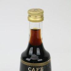 Coleccionismo de vinos y licores: BOTELLÍN / BOTELLA MINIATURA - MARIE BRIZARD LICOR CAFÉ -SELLO 1 PTA. Lote 121352260