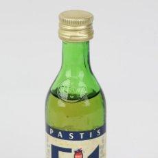 Coleccionismo de vinos y licores: BOTELLÍN / BOTELLA MINIATURA - LICOR PASTIS 51/ DESTILERIAS PERNOD - SELLO 1 PTA. Lote 121352304
