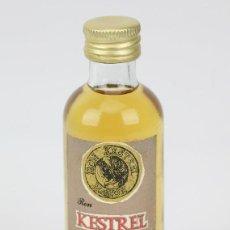 Coleccionismo de vinos y licores: BOTELLÍN / BOTELLA MINIATURA - RON KESTREL SUPERIOR - XORIGUER MAHÓN MENORCA - M. PONS JUSTO. Lote 121354135