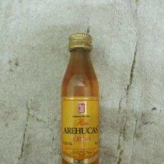 Coleccionismo de vinos y licores: BOTELLIN RON AREHUCAS ORO. DESTILERIAS AREHUCAS. ISLAS CANARIAS RF-5488. Lote 121585291