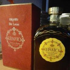 Coleccionismo de vinos y licores: BRANDY DE JEREZ LEPANTO.EMBOTELLADO MAS DE 35 AÑOS Y PRECINTADO CON CAJA DE TERCIOPELO Y DOS TAPONES. Lote 121812415