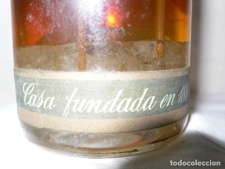 Coleccionismo de vinos y licores: ANTIGUA BOTELLA DE BRANDY (COÑAC) ESCARCHADO E.J.ESCAT - Foto 4 - 122120735