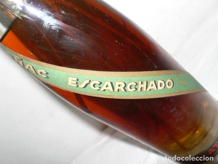Coleccionismo de vinos y licores: ANTIGUA BOTELLA DE BRANDY (COÑAC) ESCARCHADO E.J.ESCAT - Foto 8 - 122120735