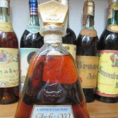 Coleccionismo de vinos y licores: ANTIGUA BOTELLA BRANDY COÑAC, ARTIC X.O. LARSEN COGNAC FRANCIA. Lote 124283415