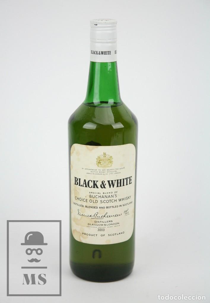 BOTELLA DE WHISKY - BLACK & WHITE. BLENDED SCOTCH WHISKY - 75 CL. - PRECINTADA - AÑO 1973 - #JSW (Coleccionismo - Botellas y Bebidas - Vinos, Licores y Aguardientes)