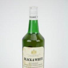 Coleccionismo de vinos y licores: BOTELLA DE WHISKY - BLACK & WHITE. BLENDED SCOTCH WHISKY - 75 CL. - PRECINTADA - AÑO 1973 - #JSW. Lote 124597275