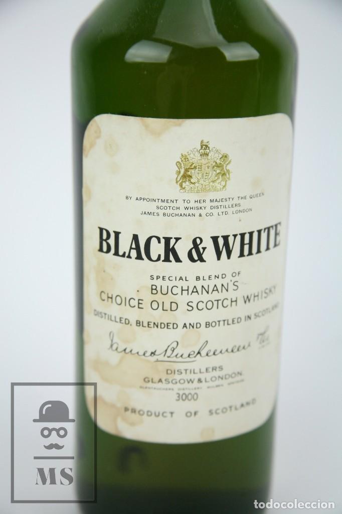 Coleccionismo de vinos y licores: Botella de Whisky - Black & White. Blended Scotch Whisky - 75 cl. - Precintada - Año 1973 - #JSW - Foto 2 - 124597275