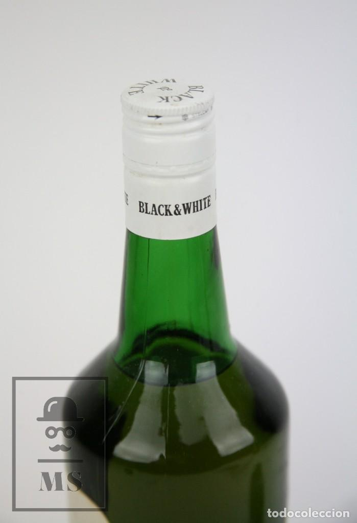 Coleccionismo de vinos y licores: Botella de Whisky - Black & White. Blended Scotch Whisky - 75 cl. - Precintada - Año 1973 - #JSW - Foto 4 - 124597275