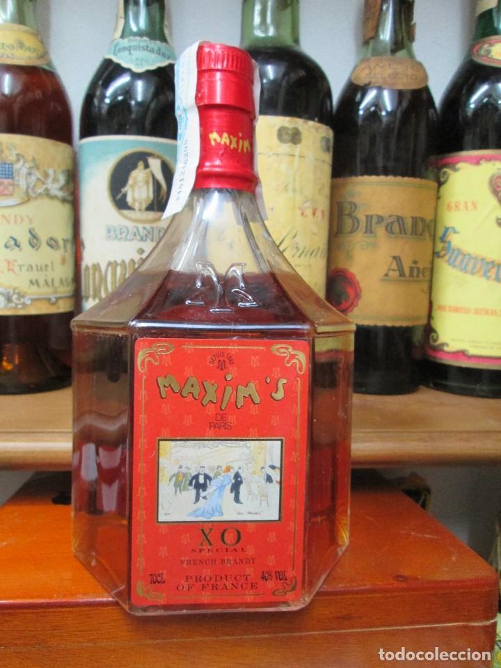ANTIGUA BOTELLA BRANDY COÑAC MAXIM'S X.O. ESPECIAL PARIS. (Coleccionismo - Botellas y Bebidas - Vinos, Licores y Aguardientes)