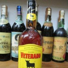 Coleccionismo de vinos y licores: ANTIGUA BOTELLA BRANDY COÑAC,VETERANO SOLERA DE 1772 DE OSBORNE. Lote 126271555