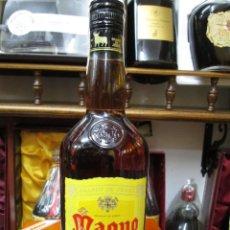 Coleccionismo de vinos y licores: ANTIGUA BOTELLA BRANDY COÑAC, MAGNO SOLERA RESERVA. Lote 128644431