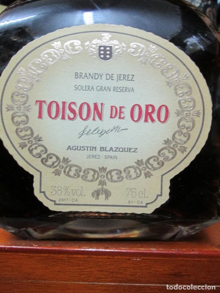 Coleccionismo de vinos y licores: ANTIGUA BOTELLA BRANDY COÑAC, TOISÒN DE ORO, SOLERA GRAN RESERVA , IMPUESTO DE 8 PTS, DECADA 80.90 - Foto 2 - 130564410