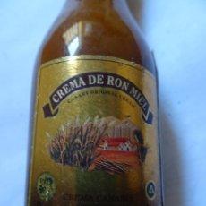 Coleccionismo de vinos y licores: ANTIGUO BOTELLÍN DE CREMA CANARIA DE RON MIEL, VER FOTOS. Lote 131996038