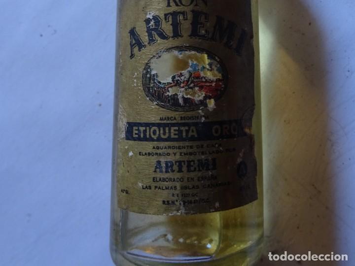 Coleccionismo de vinos y licores: ANTIGUO BOTELLÍN DE RON ARTEMI ETIQUETA ORO, VER FOTOS - Foto 2 - 131996126