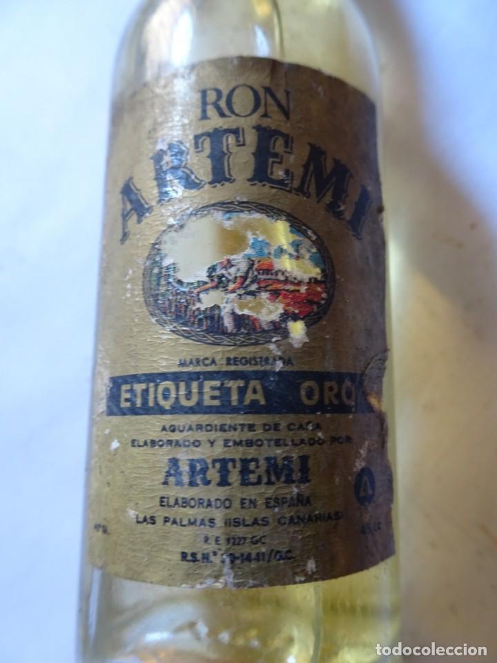 Coleccionismo de vinos y licores: ANTIGUO BOTELLÍN DE RON ARTEMI ETIQUETA ORO, VER FOTOS - Foto 3 - 131996126