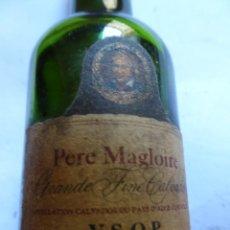 Coleccionismo de vinos y licores: ANTIGUO BOTELLÍN DE CALVADOS PERE MAGLOIRE, VER FOTOS. Lote 131997746