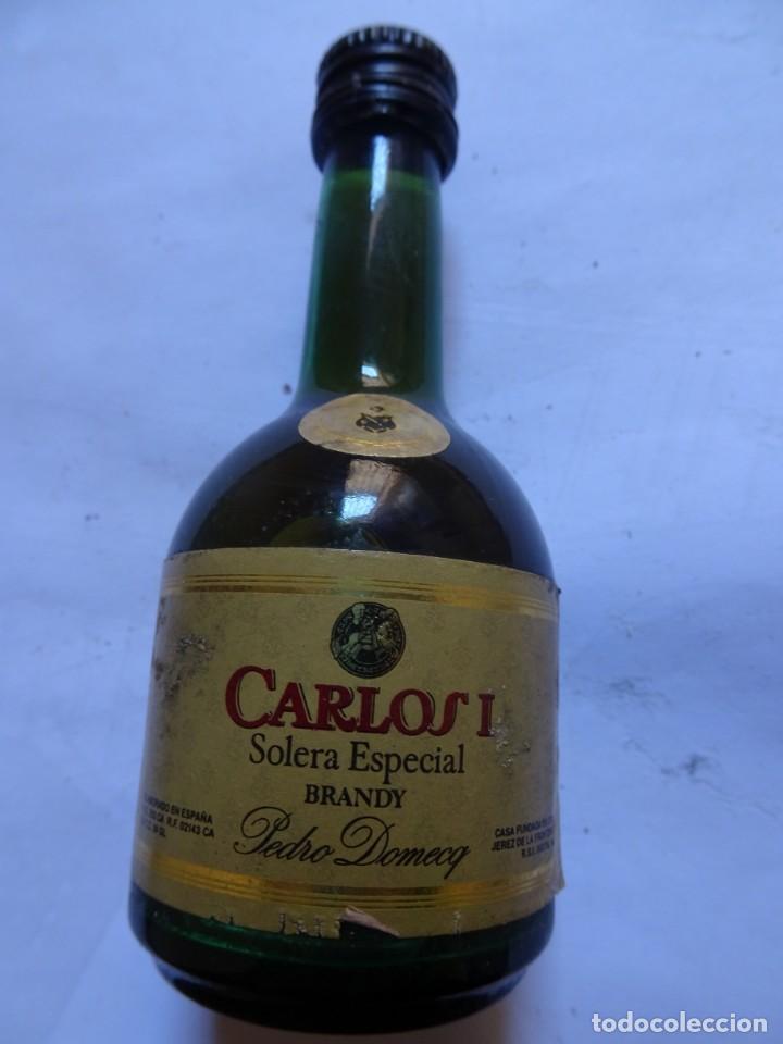 Coleccionismo de vinos y licores: ANTIGUO BOTELLÍN DE BRANDY CARLOS I SOLERA ESPECIAL, VER FOTOS - Foto 2 - 131997930