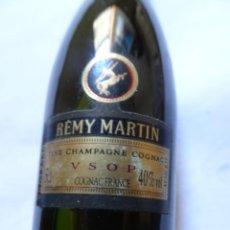 Coleccionismo de vinos y licores: ANTIGUO BOTELLÍN DE FINE CHAMPAGNE COGNAC, REMY MARTIN, VER FOTOS. Lote 131999878