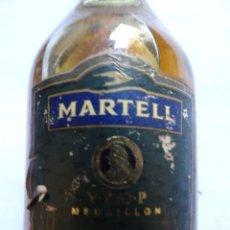 Coleccionismo de vinos y licores: ANTIGUO BOTELLÍN DE COGNAC MARTELL, VER FOTOS. Lote 131999938