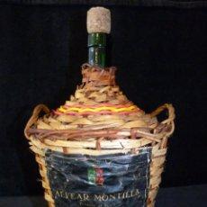 Coleccionismo de vinos y licores: MOSCATEL ALVEAR MONTILLA. PEQUEÑA GARRAFA DE CRISTAL 2 L., FORRADA CON MIMBRE Y ETIQUETA . Lote 133992758