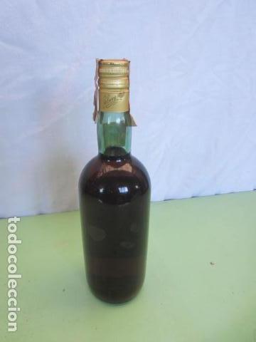 Coleccionismo de vinos y licores: ANTIGUA BOTELLA - BRANDY MAGNO OSBORNE - Foto 4 - 135776286