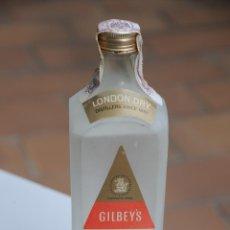 Coleccionismo de vinos y licores: ANTIGUA BOTELLA DE GINEBRA GIN GILBEYS. AÑOS 60. Lote 137811798