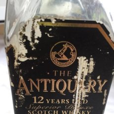 Coleccionismo de vinos y licores: ANTIGUA BOTELLA WHISKY ESCOCES THE ANTIQUARY. Lote 143232046