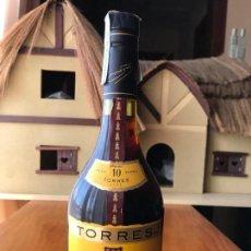 Coleccionismo de vinos y licores: BOTELLA BRANDY TORRES 10, GRAND ROUGE, GRAN RESERVA IMPERIAL. Lote 143982622