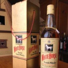 Coleccionismo de vinos y licores: BOTELLA ANTIGUA WHITE HORSE SCOTCH WHISKY (ESTUCHE Y CABALLO BLANCO). Lote 143985958