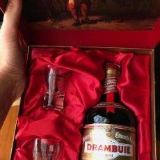 Coleccionismo de vinos y licores: ANTIGUA BOTELLA DRAMBUIE LICOR WHISKY (ESTUCHE Y VASOS). Lote 164480961