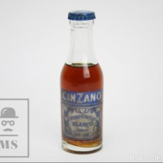 Coleccionismo de vinos y licores: BOTELLÍN DE CINZANO LLENO - VERMOUTH BLANCO, TORINO - VILLAFRANCA DEL PANADÉS - ALTURA 14 CM. Lote 144001818