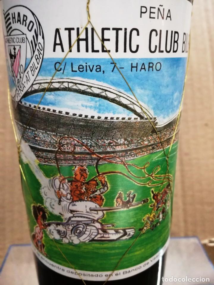 Coleccionismo de vinos y licores: ANTIGUA BOTELLA VINO RIOJA.PEÑA ATHLETIC CLUB BILBAO.AÑO 1983.RIOJA - Foto 2 - 144243934