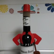 Coleccionismo de vinos y licores: TIO PEPE BOTELLA VESTIDA, VINO SHERRY, AÑOS 80´S. Lote 144416398