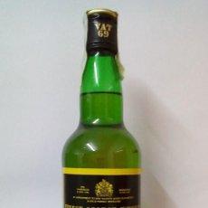 Coleccionismo de vinos y licores: VAT 69 FINEST SCOTCH WHISKY - SIN ABRIR, ANTIGUA BOTELLA DE W. ESCOCÉS LLENA POSIBLE RECOGER EN MANO. Lote 144558122