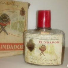 Coleccionismo de vinos y licores: BOTELLA PETACA DE FUNDADOR DEDICADO A LAS MILICIAS UNIVERSITARIAS JULIO 1963.. Lote 146711102