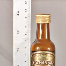 Coleccionismo de vinos y licores: BOTELLITA BOTELLIN LOCHAN ORA LIQUEUR WHISKY CHIVAS BROTHERS LTD ABERDEEN SCOTLAND. Lote 150536182