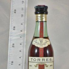 Coleccionismo de vinos y licores: BOTELLITA BOTELLIN TORRES 10 GRAND ROUGE IMPERIAL BRANDY MIGUEL TORRES VILLAFRANCA BARCELONA. Lote 155662670