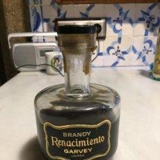 Coleccionismo de vinos y licores: ANTIGUA BOTELLA DE LICOR BRANDY RENACIMIENTO MARCA GARVEY JEREZ AÑOS 70. Lote 156670342