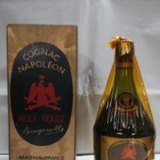 Coleccionismo de vinos y licores: BOTELLA DE COGNAC LLENA Y EN SU CAJA - NAPOLÉON AIGLE ROUGE - BRUGEROLLE. MATHA, FRANCIA. Lote 163974162