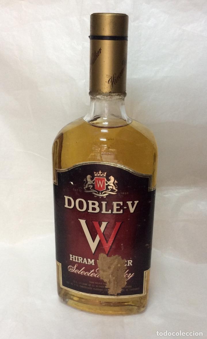 ANTIGUA BOTELLA DE WHISKY DOBLE V ,DÉCADA AÑOS 70 (Coleccionismo - Botellas y Bebidas - Vinos, Licores y Aguardientes)