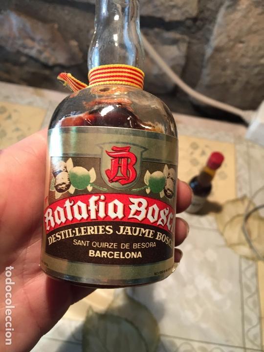 Coleccionismo de vinos y licores: Antigua botella / botellín de ratafia marca Bosch por destil·lerias Jaume Bosch - Foto 2 - 168519360