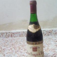 Coleccionismo de vinos y licores: VINO GRAN SANGRE DE TORO TORRES RESERVA 1976 BOTELLA PRECINTADA Y CON TODO EL VINO.. Lote 168612418