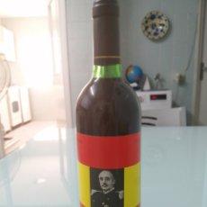 Coleccionismo de vinos y licores: BOTELLA CON RETRATO DE FRANCO Y AGUILA DE SAN JUAN. ETIQUETAS PERFECTAS.. Lote 172228038