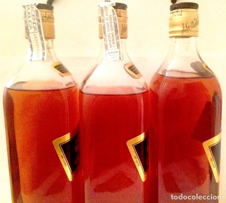 Coleccionismo de vinos y licores: 3 botellas de JOHNNIE WALKER BLACK LABEL old Scotch whisky 12 años. Sin abrir; 2 en caja. Años 80. - Foto 3 - 169006676