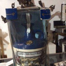 Coleccionismo de vinos y licores: BOTELLA LLENA RON DORADO INGLES LAMBS 100 NAVY RUM EXTRA STRONG, 1970. DECANTER CERAMIC. Lote 173429284